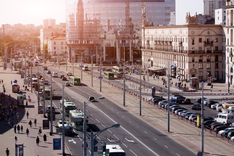 Stadtbild von Minsk, Weißrussland Sommersaison und Sonnenuntergangzeit Ansicht der zentralen Allee und des Hauptbahnhofs stockbild
