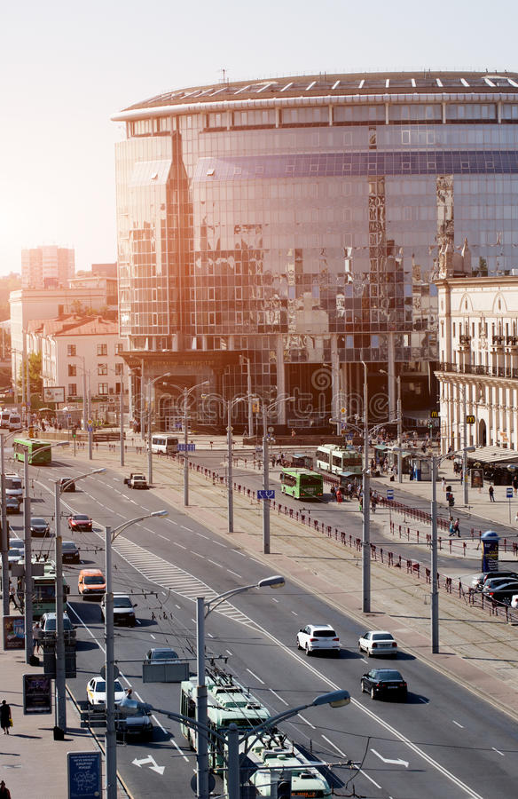 Stadtbild von Minsk, Weißrussland Sommersaison und Sonnenuntergangzeit Ansicht der zentralen Allee und des Hauptbahnhofs stockfoto