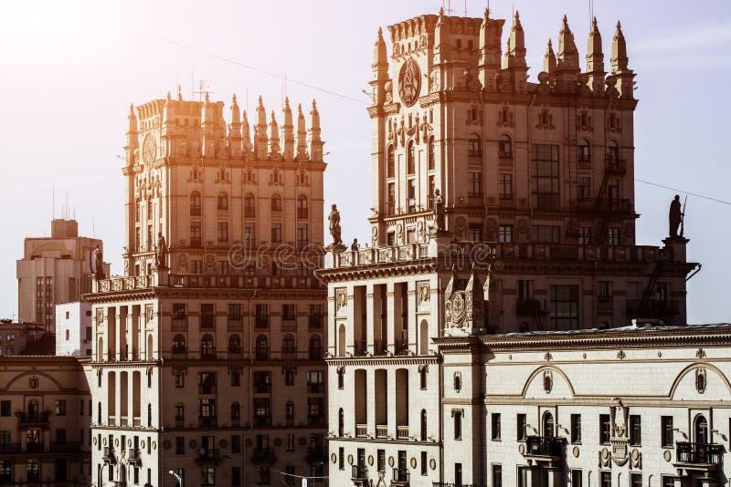 Stadtbild von Minsk, Weißrussland Sommersaison und Sonnenuntergangzeit Ansicht der zentralen Allee und des Hauptbahnhofs Twin Tow stockfoto