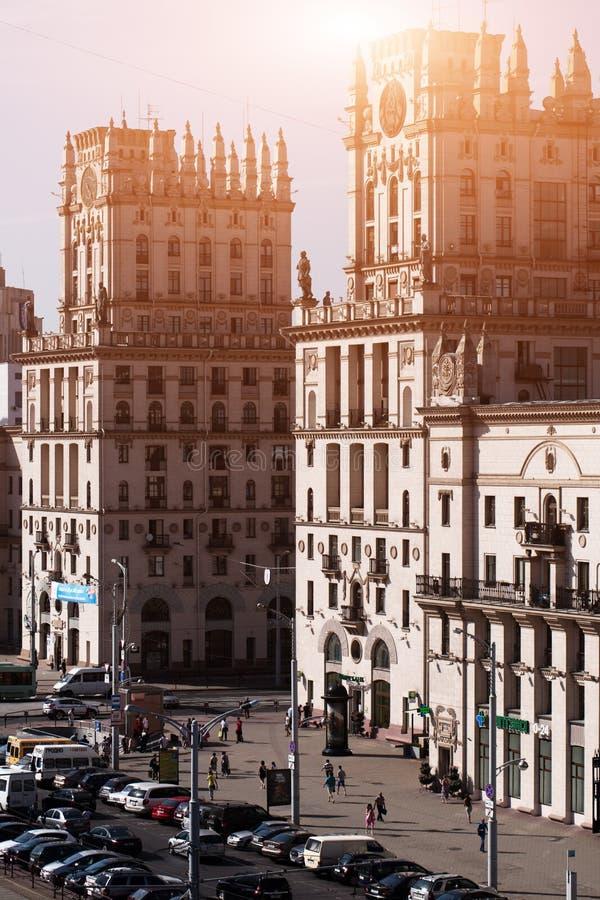 Stadtbild von Minsk, Weißrussland Sommersaison und Sonnenuntergangzeit Ansicht der zentralen Allee und des Hauptbahnhofs Twin Tow stockbild