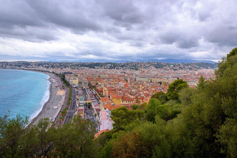 Stadtbild von Nizza von Rom-Hügel stockfotos