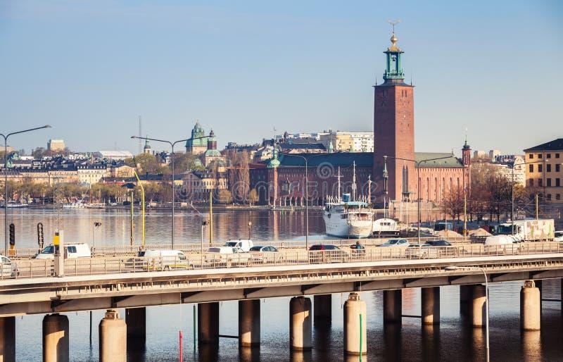 Stadtbild von Stockholm mit Autos auf Brücke stockfoto