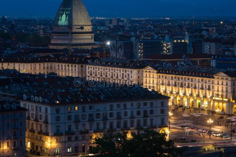 Stadtbild von Torino Turin, Italien nachts mit Details des großen Quadrats, der Straßen und der Stadtlichter Die Mole Antonellian stockfoto