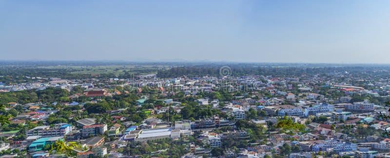 Stadtbildansicht von der Spitze des Hügels oder des Berges lizenzfreie stockfotografie