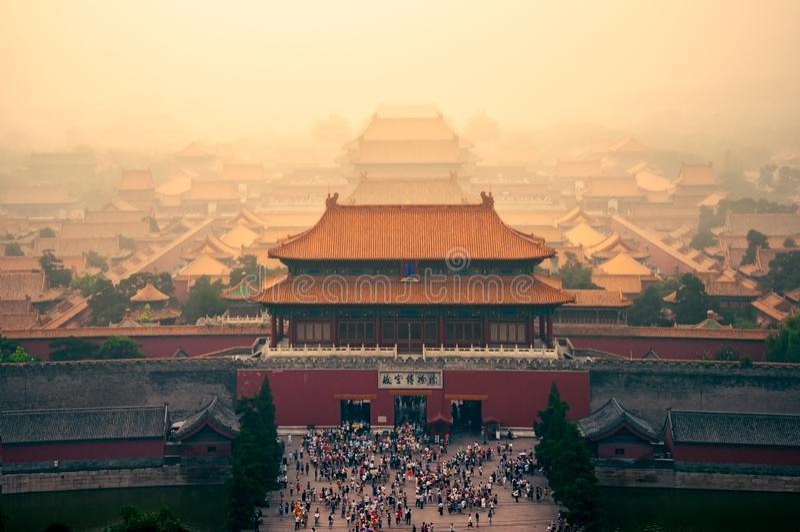 Stadtbildansicht von Peking-Verbotener Stadt in der träumerischen bunten Art, China stockfotografie