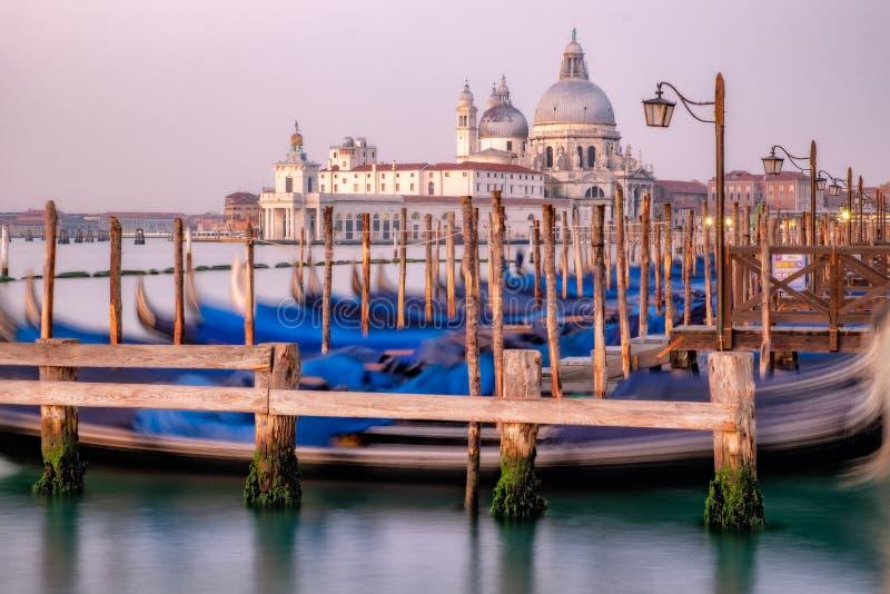 Stadtbildansicht von Santa Maria Della Salute vor Sonnenaufgang, Venedig lizenzfreie stockfotos
