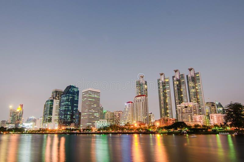 Stadtbildbild von Benjakitti-Park zur Sonnenuntergangzeit mit Reflexion in Bangkok, Thailand, Stadtbild Bild von Benchakiti-Park, lizenzfreie stockfotografie