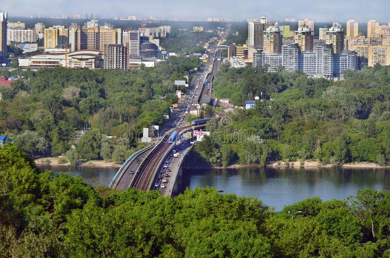 Stadtbildlandschaft Die Hauptstadt von Ukraine Kiew Neue Brücke über dem Dnieper stockfotografie