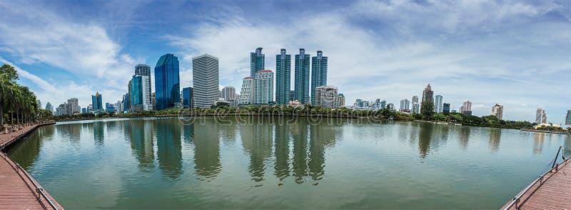 Stadtbildreflexion auf See, moderne Stadt in Bangkok Thailand lizenzfreie stockbilder