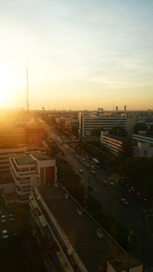 Stadtbildsonnenuntergang thailand lizenzfreies stockfoto