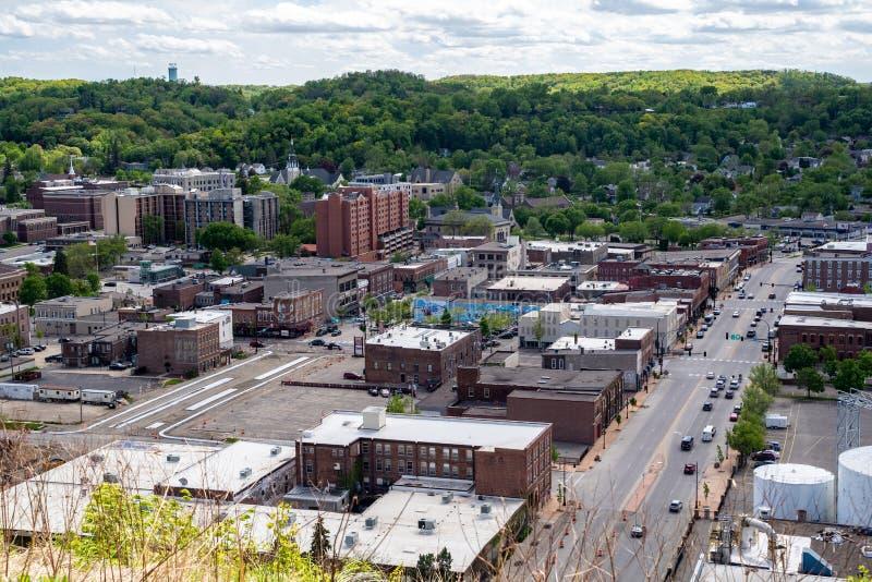 Stadtbildvogelperspektive roten Wing Minnesota-Geschäfts und des commerical Bezirkes, wie von der Scheunen-Täuschungsspur gesehen lizenzfreies stockbild