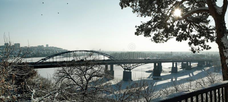 Stadtbrücke über dem gefrorenen Fluss im Winter stockfoto