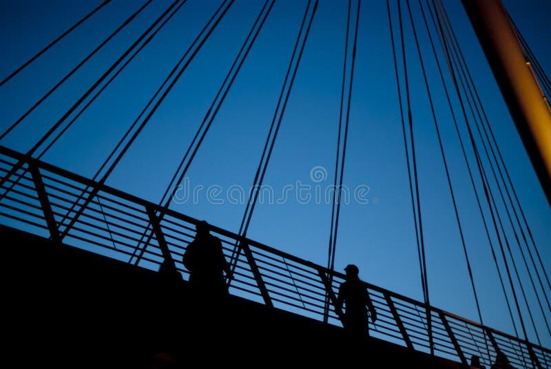 Stadtbrücke am twiglight stockbild