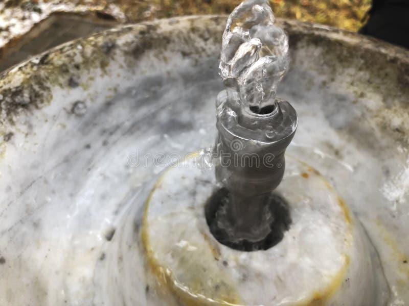 Stadtbrunnen für das Trinkwasser, das von der alten Marmorsäule in Stadtpark fließt Flüssiges Wasser, damit Leute trinken lizenzfreies stockbild