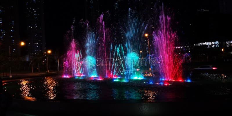 Stadtbrunnen mit Farblichtern stockfoto