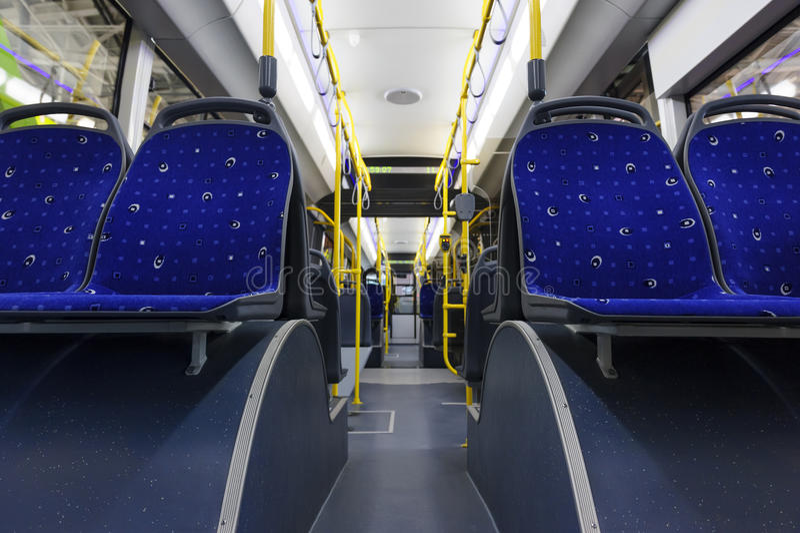 Stadtbus nach innen lizenzfreie stockbilder