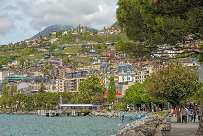 Stadtdamm nahe dem See in der Schweiz stockbilder