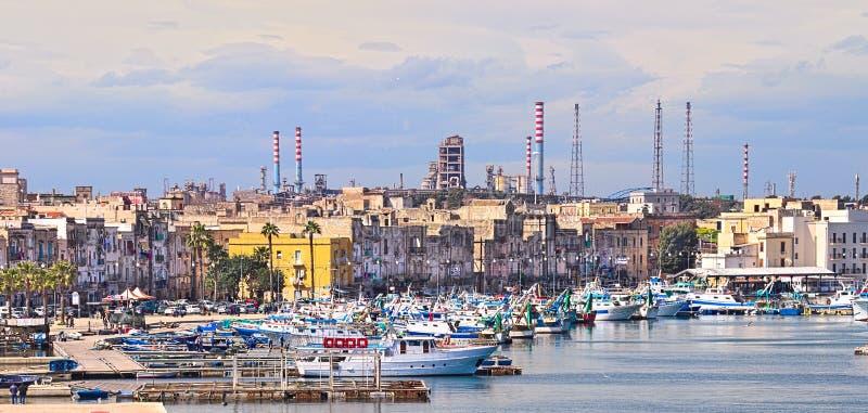 Stadtder ansicht Tarantos alte Fischerboote der Industrieanlage lizenzfreie stockfotografie