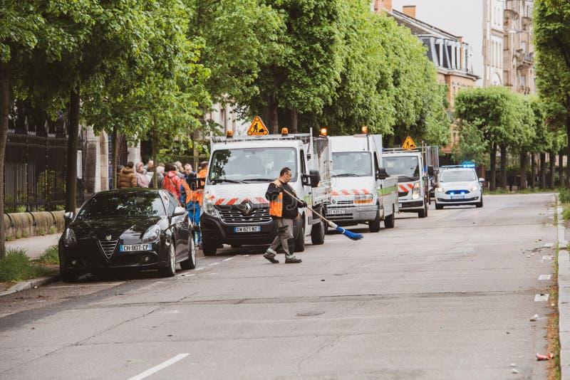 Stadtdienstleistungen, die Allee de la Robertsau säubern lizenzfreie stockfotografie