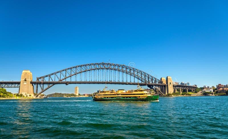 Stadtfähre unter Sydney Harbour Bridge - dem Australien lizenzfreie stockfotos