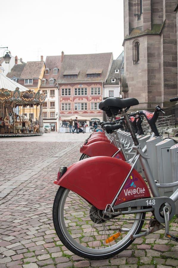 Stadtfahrrad-Ferienparken in der gepflasterten Gasse lizenzfreies stockfoto