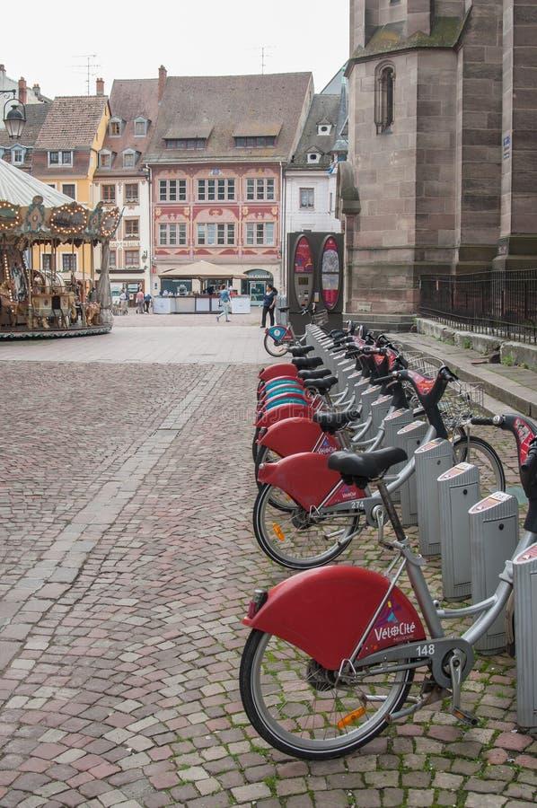 Stadtfahrrad-Ferienparken in der gepflasterten Gasse stockbilder