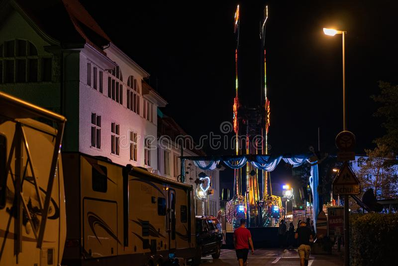 Stadtfest Brugg 24 de agosto de 2019. Fairground y backyard de noche cerca de la escuela Stapfer en Brug fotografía de archivo