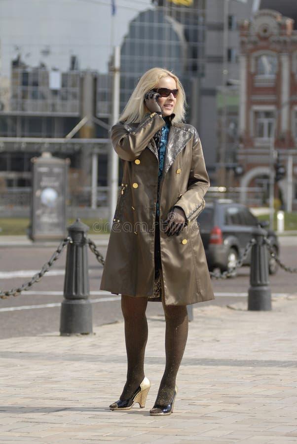 Download Stadtfrau stockfoto. Bild von leuchte, portrait, person - 9092990