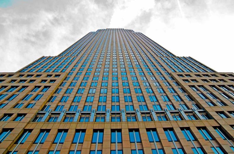 Stadtgebäude, das oben vom Boden mit Wolken schaut stockfotografie