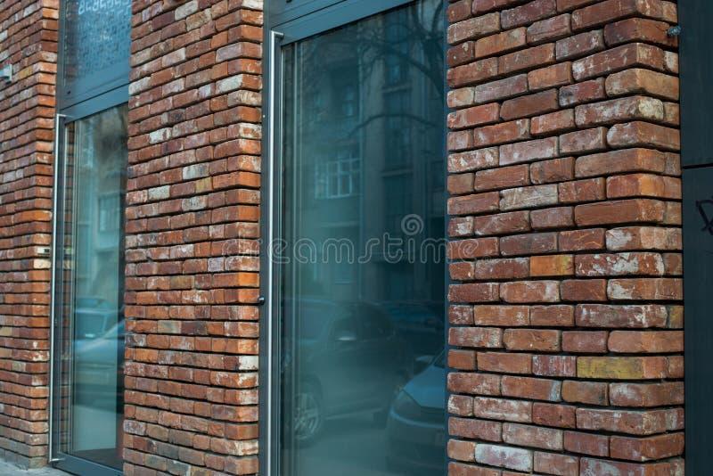 Stadtgebäude, Haustür des Hauses des roten Backsteins mit Treppenhaus lizenzfreie stockbilder