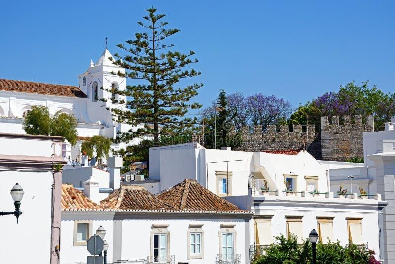 Stadtgebäude mit dem Schloss und Kirche zum aufzurichten, Tavira lizenzfreie stockbilder