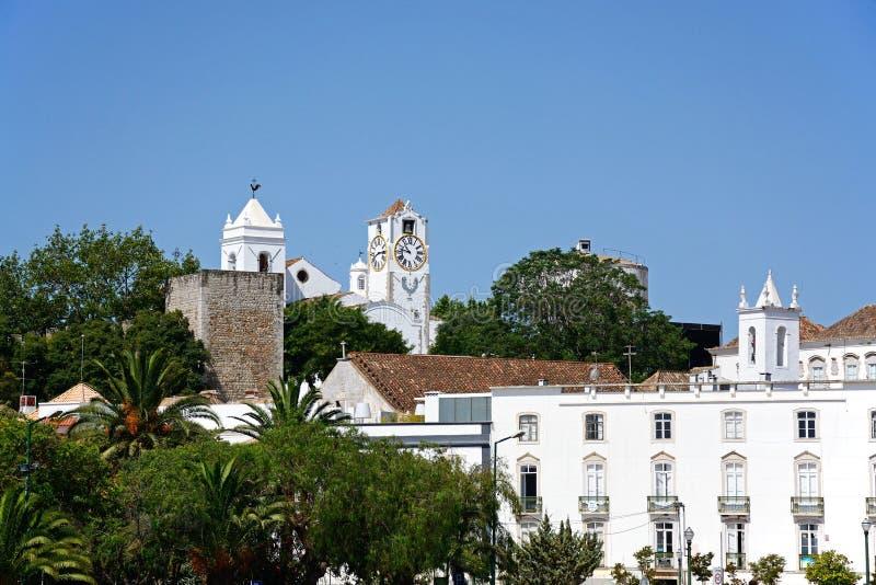 Stadtgebäude und Kirche, Tavira stockbilder
