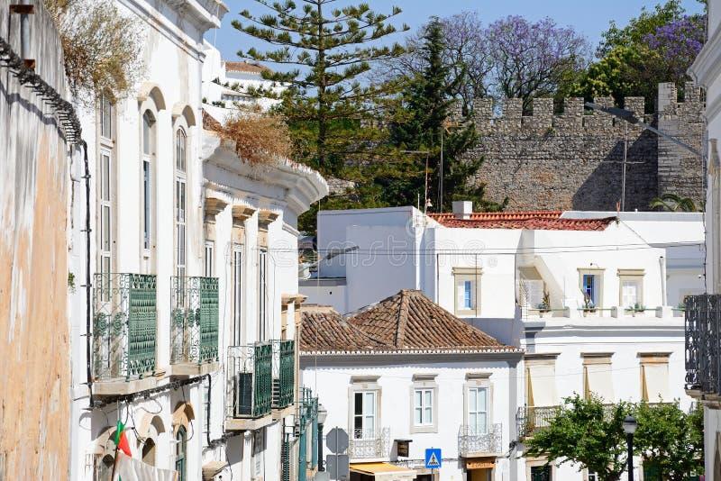Stadtgebäude und Schloss, Tavira, Portugal stockbilder