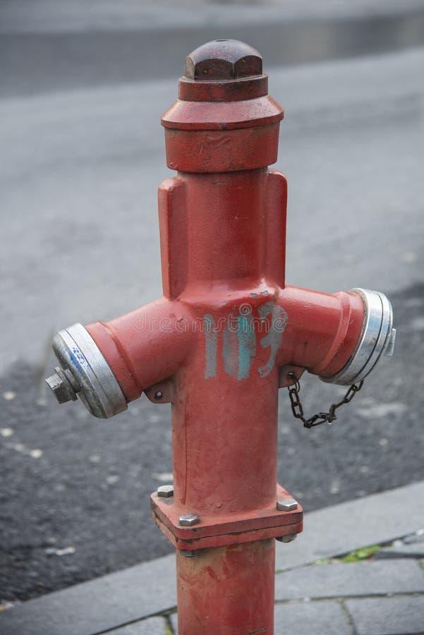 Stadthydrant auf der Straße Wasserlöscher in Flammen stockbild