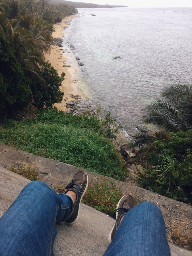 Stadtjunge, der die Schönheit des Strandes genießt lizenzfreie stockfotografie