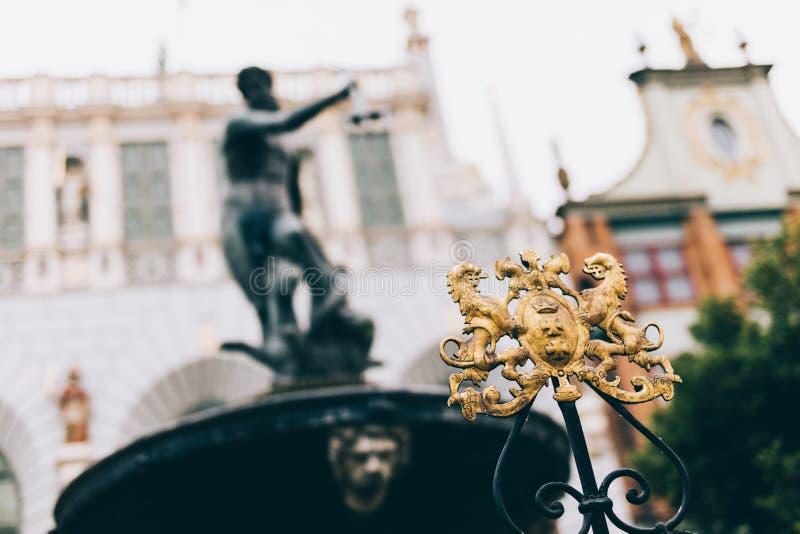 Stadtkamm von Gdansk und von unscharfer Neptun-Statue stockfotografie