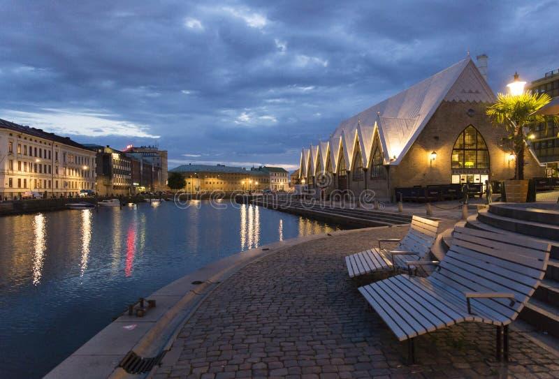 Stadtkanal im Abendlicht stockbild