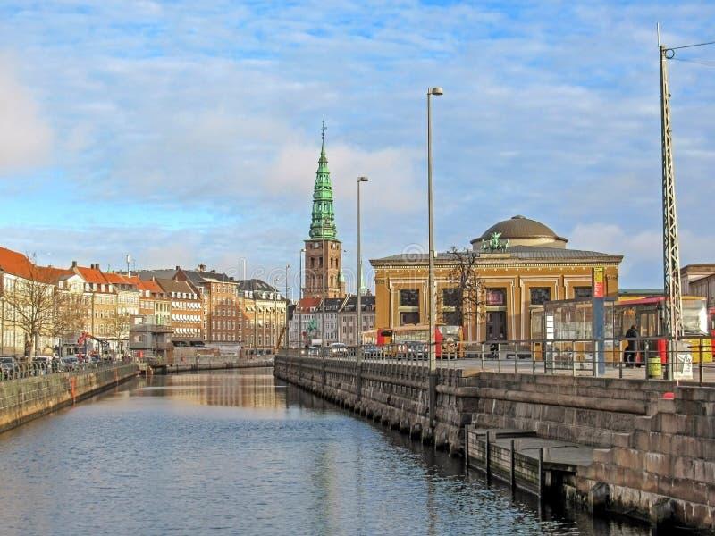 Stadtkanal mit Thorvaldsens-Museum und historischen Gebäuden von Kopenhagen mit St. Nikolaj Contemporary Art Center in der Kirche lizenzfreie stockfotos