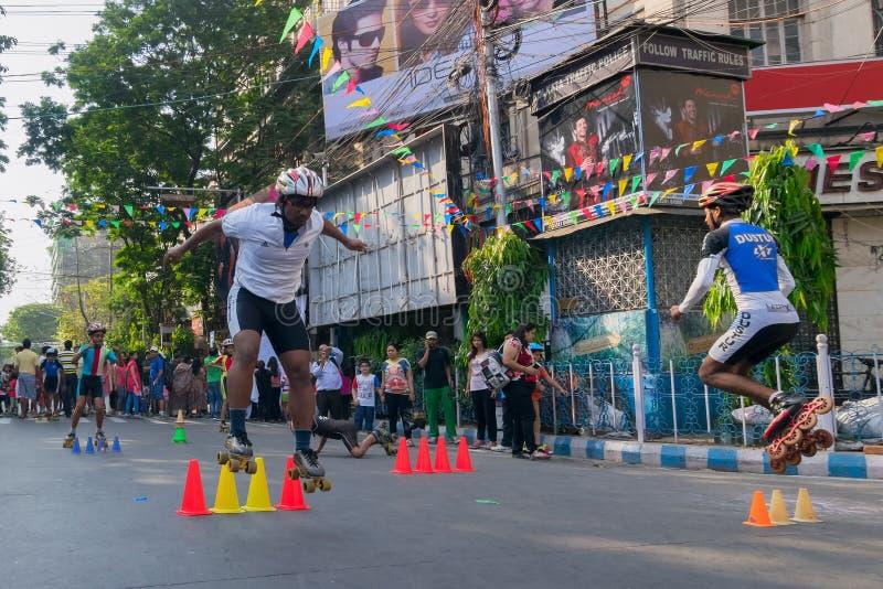 Stadtkinderrollschuhlaufen auf Park-Straße, Kolkata stockbilder