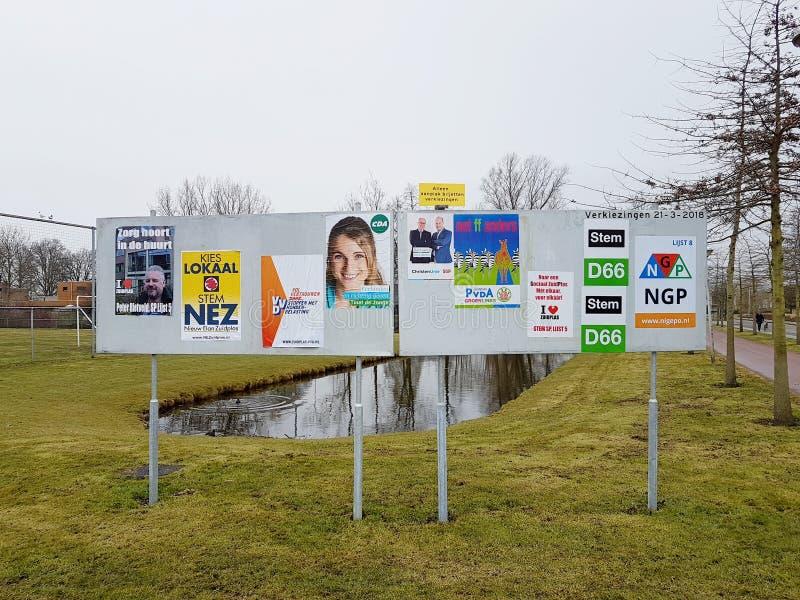 Stadtkommunalwahlen die Niederlande 2018: Wahlposter geklebt auf einer Anschlagtafel lizenzfreies stockfoto