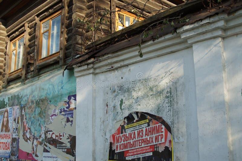 Stadtlandschaft: alte hölzerne Blockhaus 62 Kuybyshev-Straße lizenzfreies stockfoto