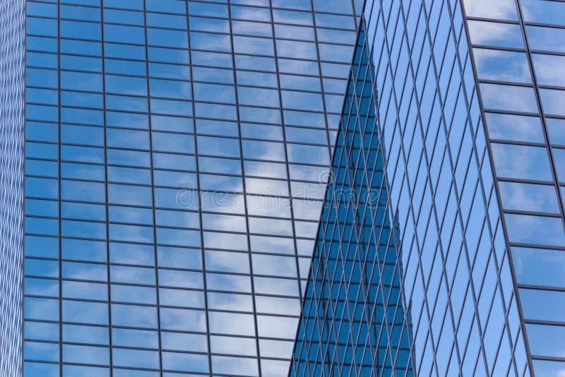 Stadtlandschaft - Ansicht von unterhalb über Glaswolkenkratzer mit reflektiertem Himmel in den Fenstern lizenzfreies stockfoto