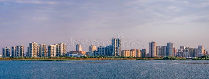 Stadtlandschaft auf Flussbank lizenzfreies stockfoto