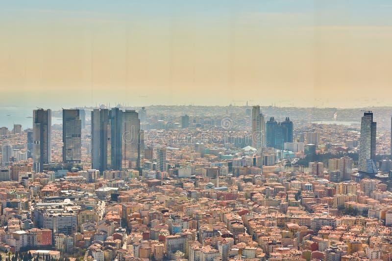 Stadtlandschaft der europäischen Seite von Istanbul und von Bosphorus-Straße auf einem Horizont Modernes Teil der Stadt mit Gesch lizenzfreies stockfoto