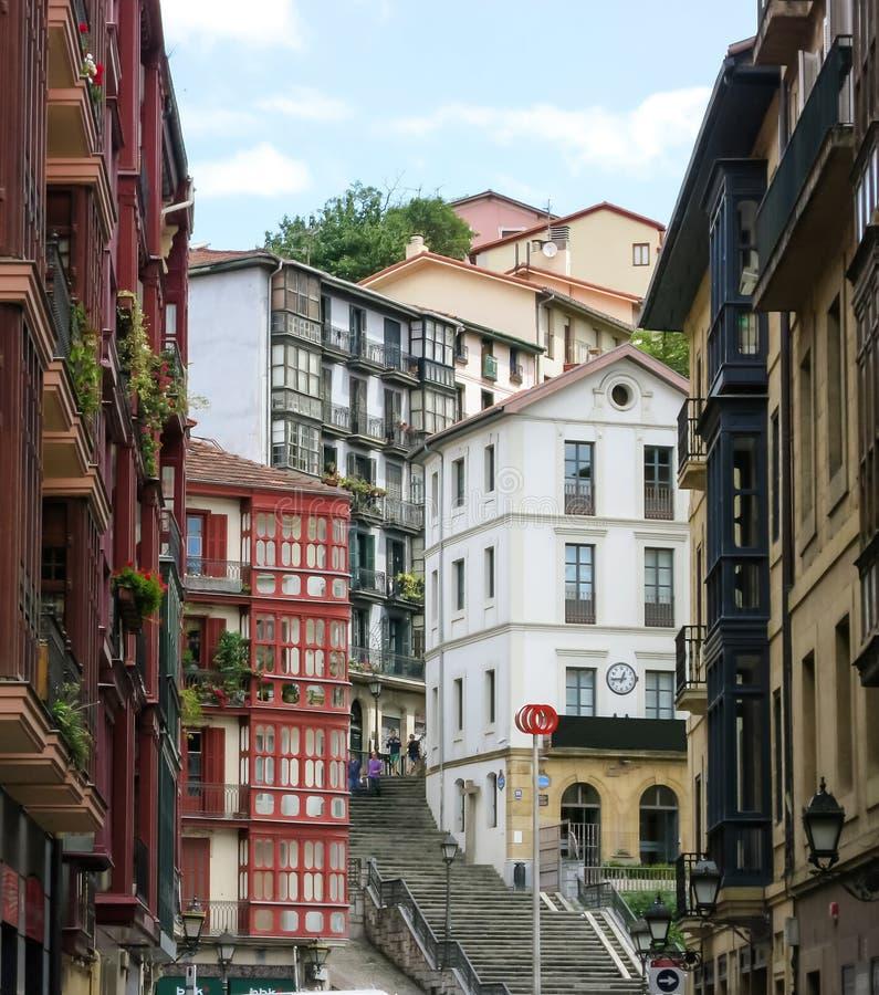 Stadtlandschaft einer kleinen, gemütlichen Straße mit kaskadischen Häusern in Bilbao stockfotografie