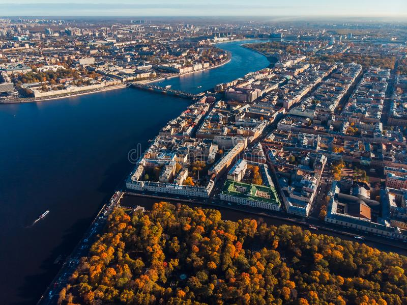 Stadtlandschaft, Herbstbäume, Höfe, blaues Wasser von Neva-Fluss, Brücken St Petersburg Draufsichtluftbrummen lizenzfreie stockbilder
