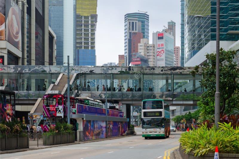Stadtlandschaft, Leute auf der Straße, Doppeldecker-Straßenbahnen, Fußgängerbrücke, beschäftigtes Leben in der modernen Großstadt lizenzfreie stockbilder