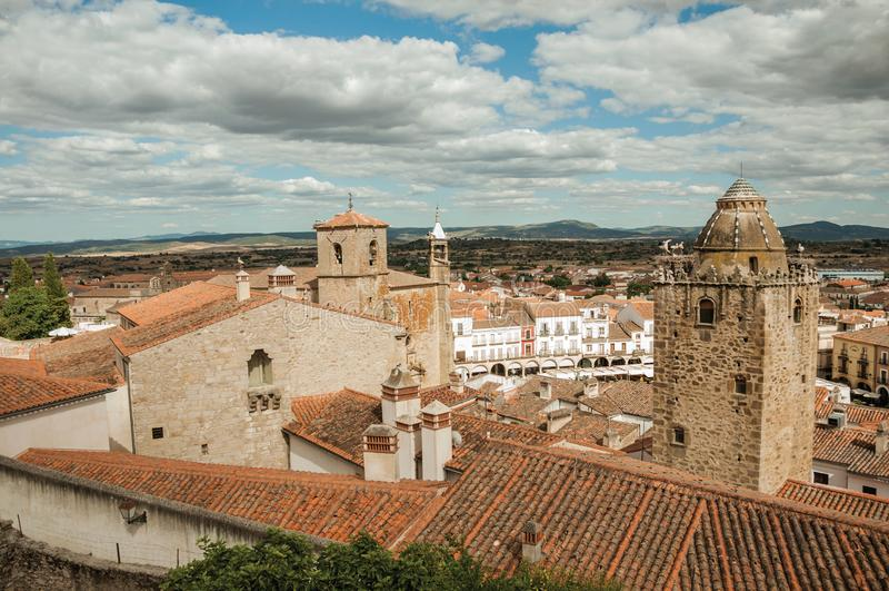 Stadtlandschaft mit Altbauten und Türmen in Trujillo lizenzfreie stockfotografie