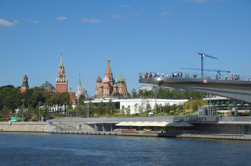 Stadtlandschaft mit Ansichten des Moskaus der Kreml und Landschaft parken ` Zaryadye-`, Russland stockbilder