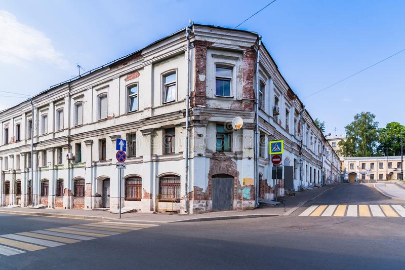 Stadtlandschaft mit einem Ziegelstein verlassenen Haus lizenzfreie stockfotos